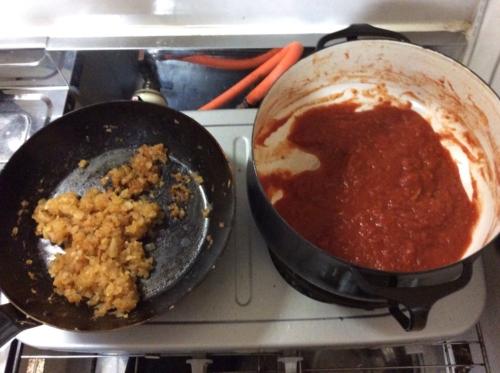 たまねぎあめ色、トマト缶をペースト状になるまで炒める